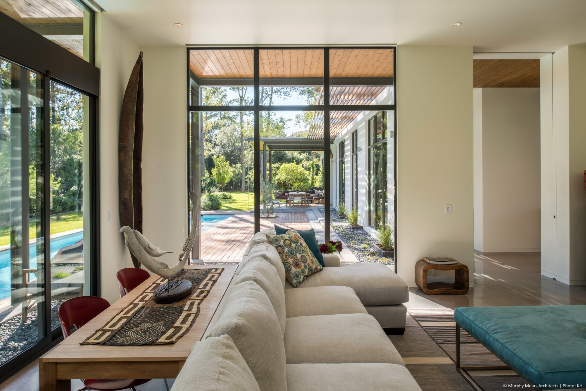 Carlton Woods Residence - The family room projects into the backyard, allowing a long distance view across the site, through the covered terrace beyond.