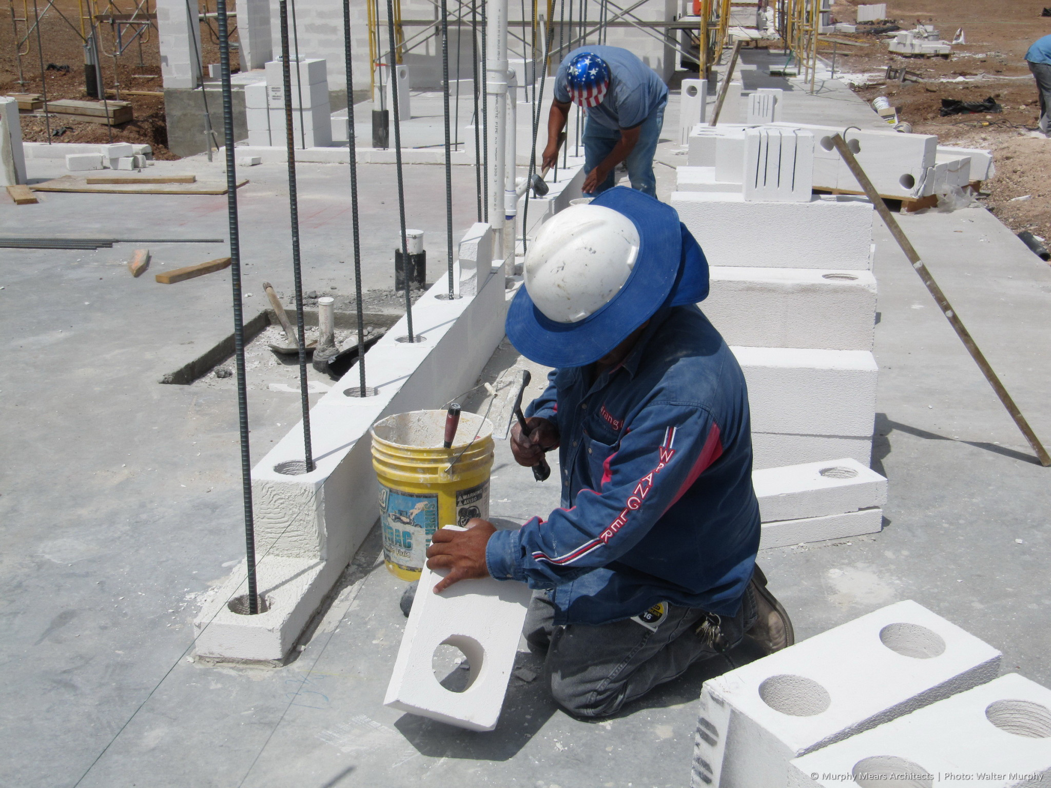 shaping and setting aac block to course out in wall with open cells for steel reinforcment